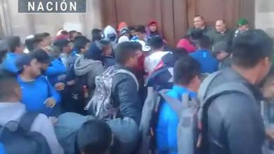 Photo of Normalistas dañan puerta de Palacio Nacional; pide eliminar examen para graduación