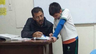 Photo of Docente ayuda al hijo de una alumna con su tarea y se hace viral