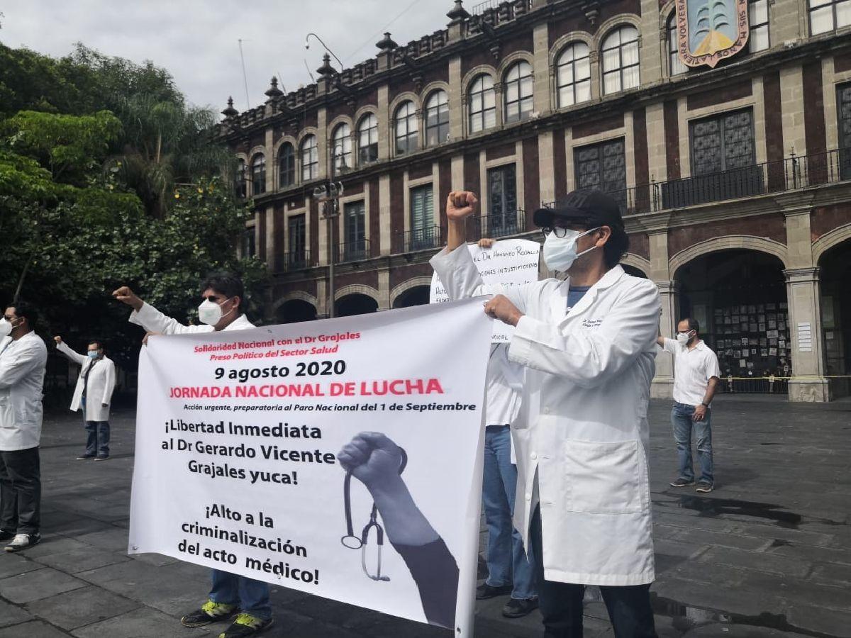 Photo of Protestan médicos contra criminalización