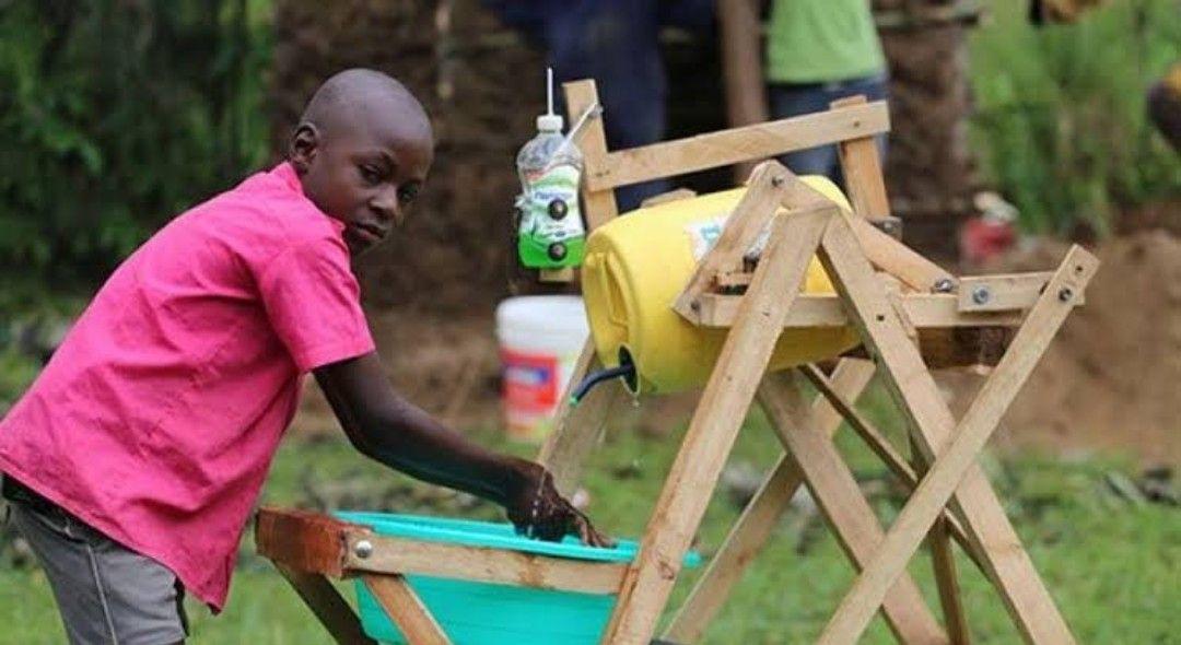 Photo of Niño africano crea máquina para lavarse las manos y gana premio