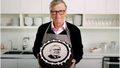 Photo of Bill Gates hace pastel para Warren Buffet