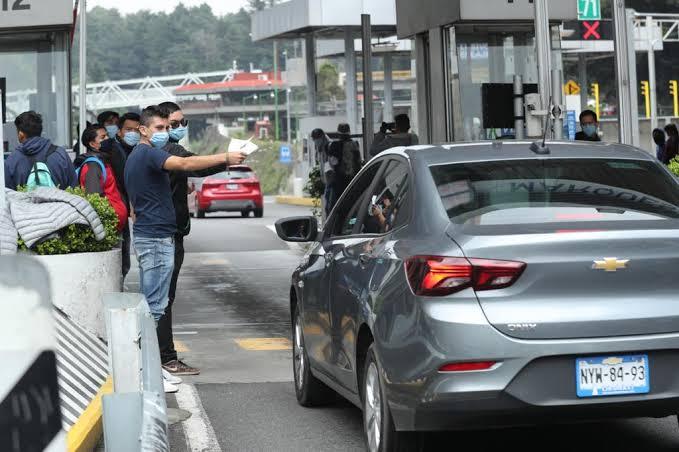Photo of Normalistas toman caseta en la México-Toluca y dan paso libre